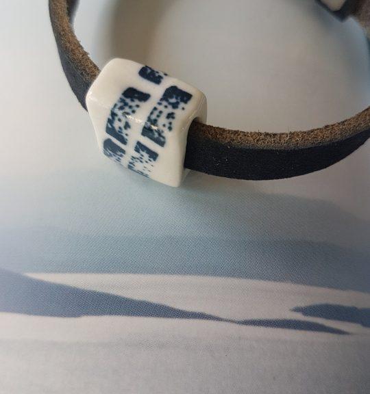 leren armband met porseleinen blokje