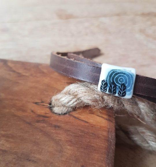 Bruine leren armband met porseleinen blokje